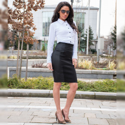 Елегантен дамски костюм бяла риза с кант и пола с висока талия