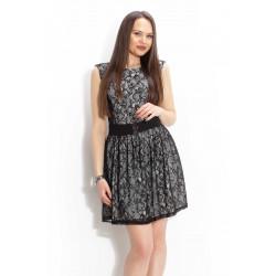Разкроена дамска рокля покрита с черна дантела