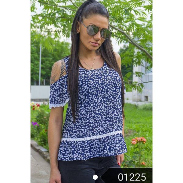 Ефирна дамска блузка в тъмно синьо на цветя